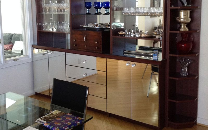 Display unit with mirror doors